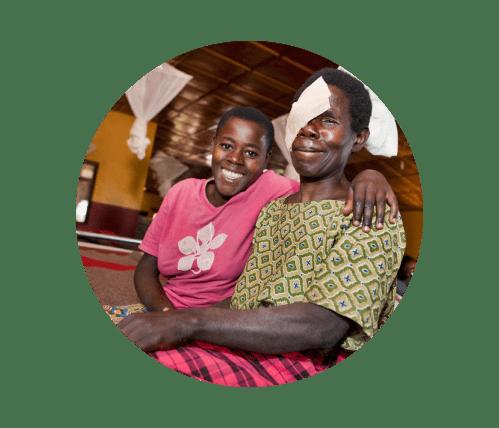 Femme atteinte de cataracte et sa fille après son opération