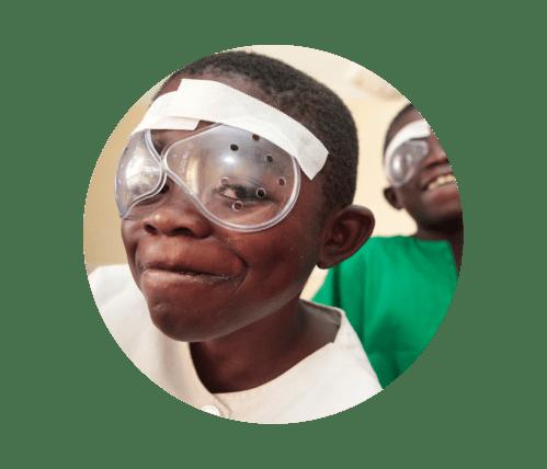 Enfant atteint de cataracte après son opération