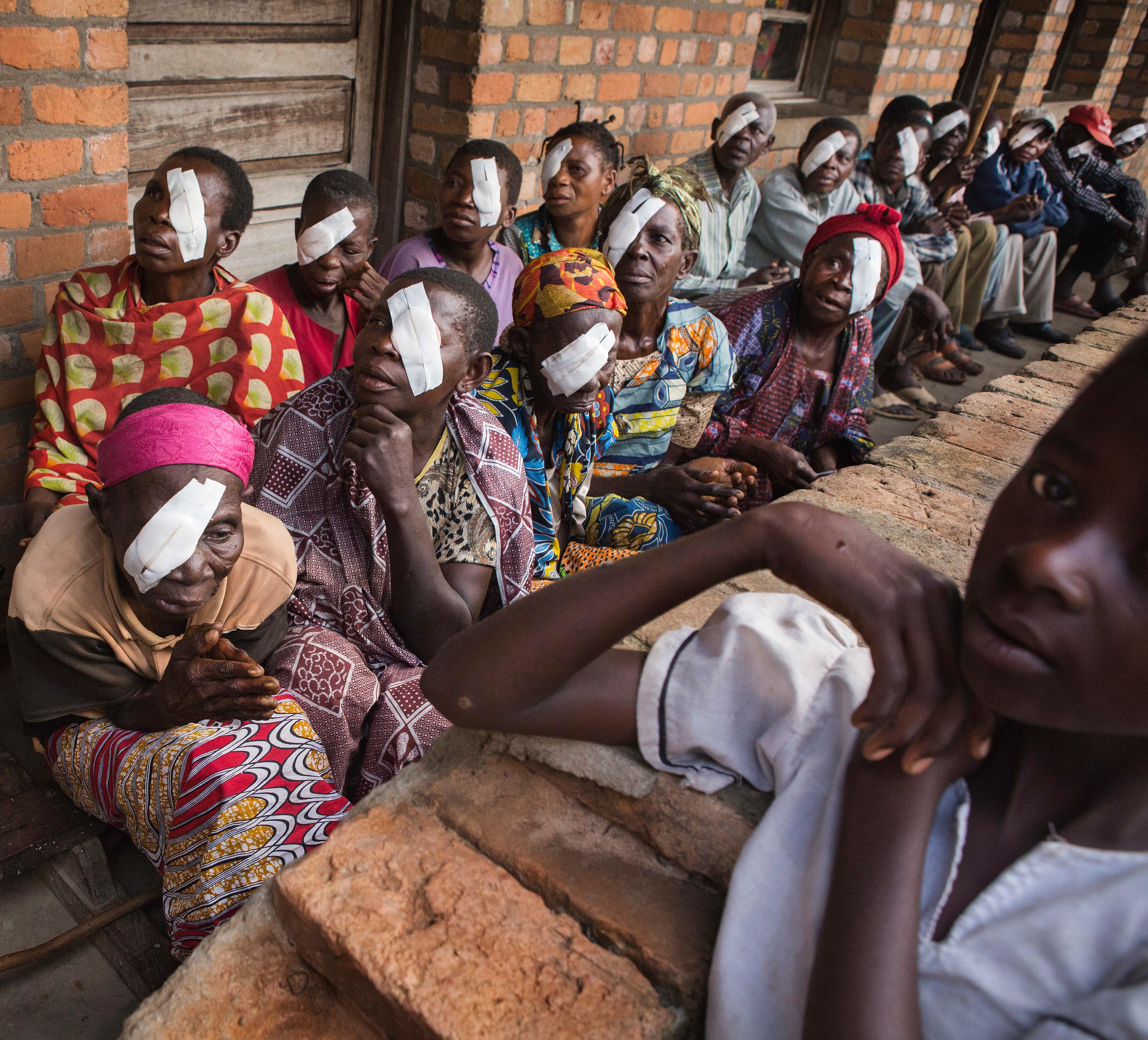 Patiënten met oogverband in Afrikaanse ziekenhuis