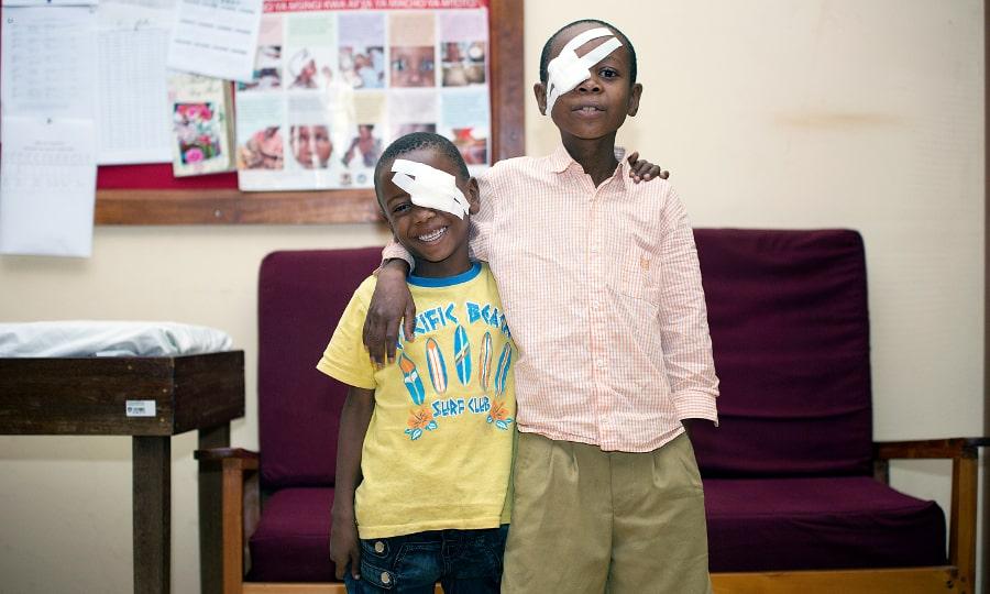 Deux garçons portant un pansement sur l'oeil
