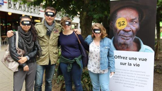 Richar Ruben et des passants les yeux bandés pour Lumière pour le Monde
