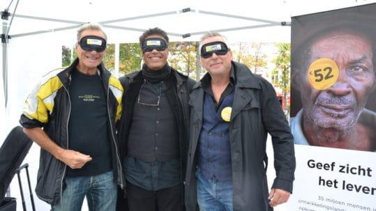 Peter Van Asbroeck, Jean Bosco Safari en een sympathisant laten zich fotograferen met een zwarte blinddoek op.