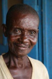 grootvader glimlacht na zichtreddende operatie