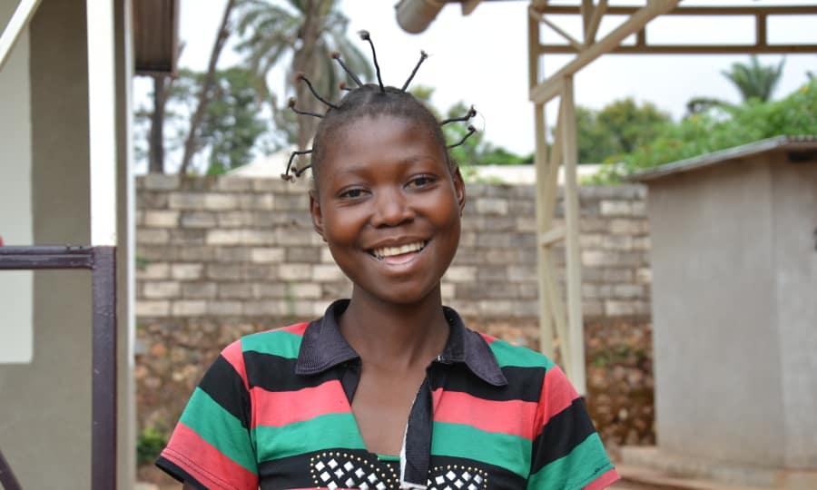 De congolese Esther heeft een stralende glimlach