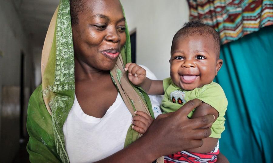 moeder met lachend kindje op haar arm