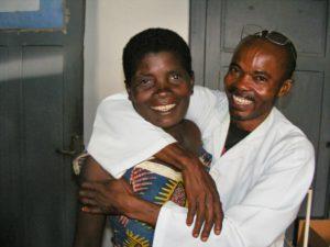Verrukte Médard feliciteert Mweme