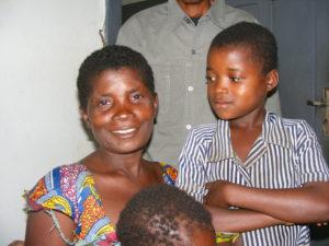 De dochter van Mweme kijkt vol ongeloof naar haar moeder