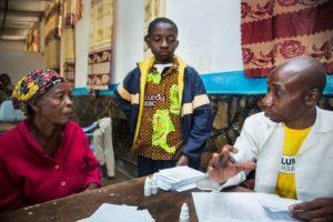 Vrouw, kind en medewerker van de oogziekenhuis in Lubumbashi