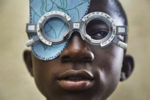 Kind met bril om zijn gezicht te testen