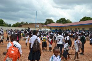 Veel studenten op de binnenplaats in Kolwezi, Congo