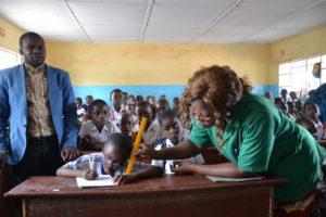 Esther leest een tekst voor haar leraren en de andere studenten