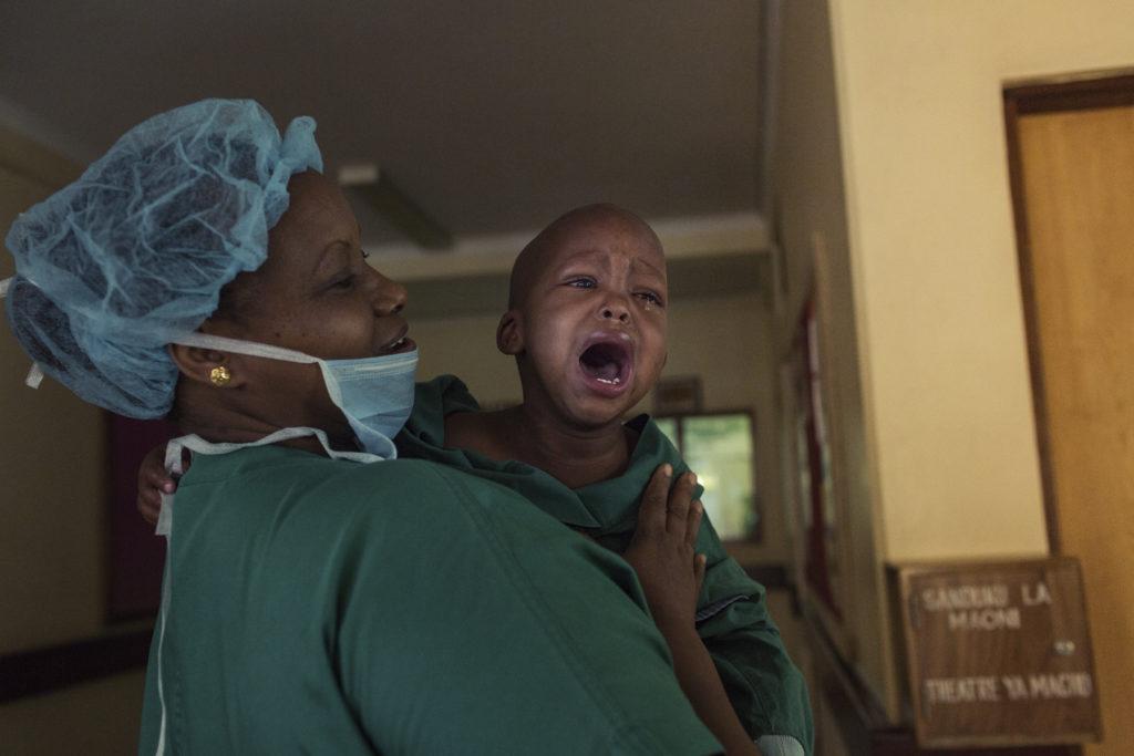 Een jonge patiënt huilt