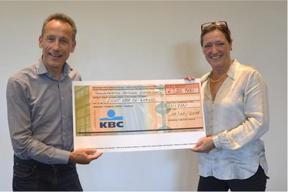 Jean-Pierre Wuytack (CEO) van Group Vandersanden en Isabelle Verhaegen van Licht voor de Wereld.