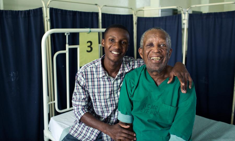 Robert en zijn kleinzoon Collins na cataractoperatie - Robert et son petit-fils Collins après l'opération de la cataracte