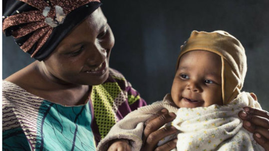 Tanzaniaanse mama en kind na cataractoperatie.