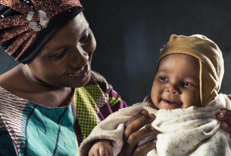 Walakifina ziet haar mama voor het eerst
