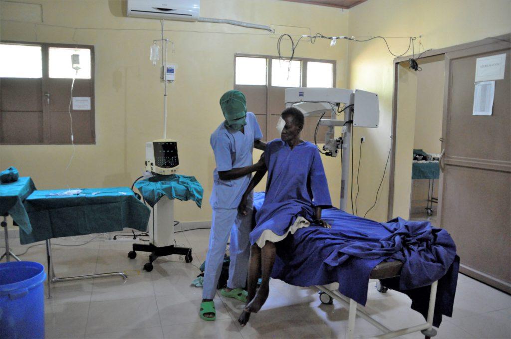Félicité in operatiekamer met verpleger