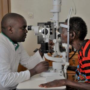 un ophtalmologue ausculte Félicité