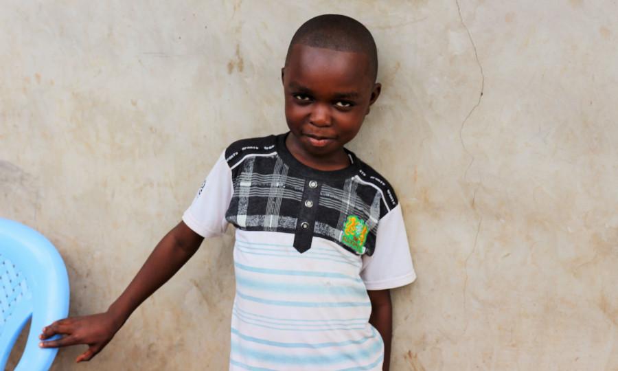 achtjarige Paul van Congo heeft cataract.