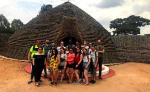 Photo des élèves lors de leur visite à l'ancien palais royal du Rwanda.