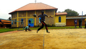 Impressionnant saut d'un élève aveugle lors d'un match de goalball à Rwamagana.