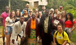 Photo de groupe avec les élèves et les deux patients qu'ils ont rencontrés à Kabgayi.