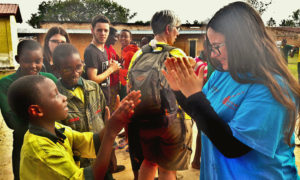 Les élèves belges jouent dehors avec les élèves rwandais de Rwamagana.