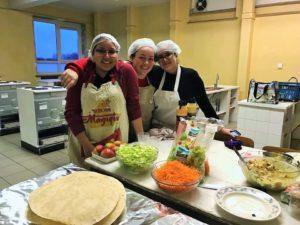 Trois des élèves de Mouscron en cuisine pour la soirée d'improvisation.