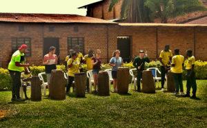 Les élèves rwandais donnent un cours improvisé de tambour aux élèves belges.