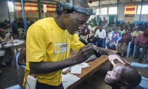 Dokter Socrate spoort een patient op in een mobiele kliniek