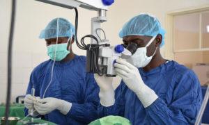 Dokter Socrate opereert een patiënt met zijn collega