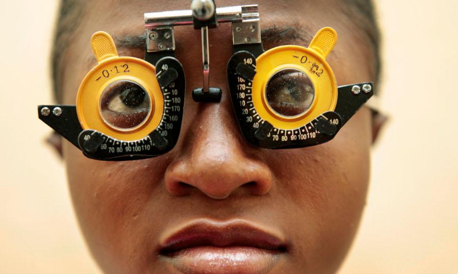 Florence test haar zicht met een speciale bril