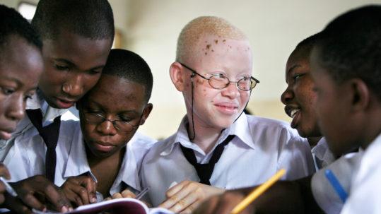 © Dieter Telemans  Joyce (15) en haar klasgenootjes in de school Mazinyungu in Morogoro, Tanzania.