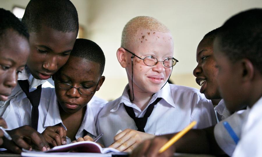 Joyce (15) en haar klasgenootjes in de school Mazinyungu in Morogoro, Tanzania.