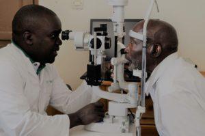 Dokter Theo test Juvenalis' ogen na de operatie.