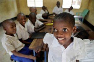 Schoolkind met glaucoom met zijn klasgenoten