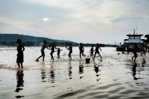 Mensen spelen in een rivier