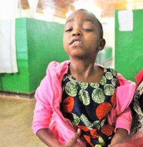 De kleine Hana van Rwanda heeft cataract in beide ogen