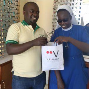 Nos partenaires locaux à Kabgayi arbore le sachet de Vue sur Flagey.
