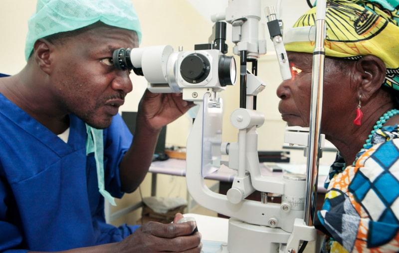 Ophtalmologue et patiente africains