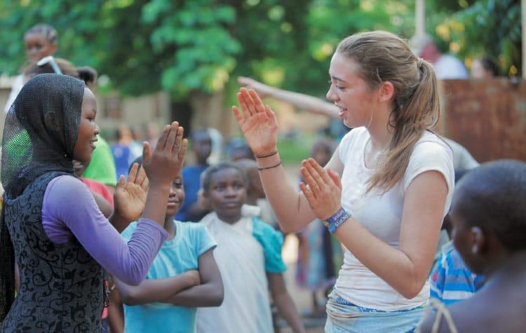 Une fille africaine joue avec une étudiante belge